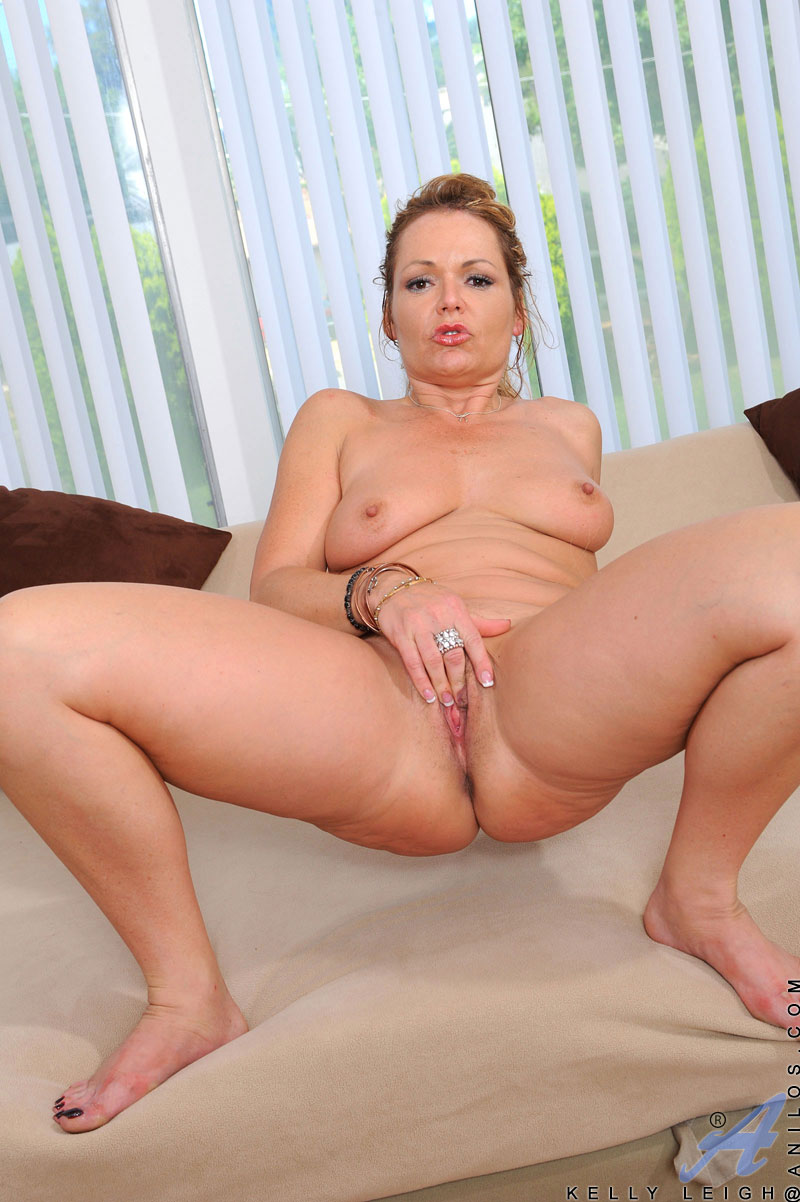 Horny Mature Kelly Leigh Dips Her Experienced Fingers In -9290