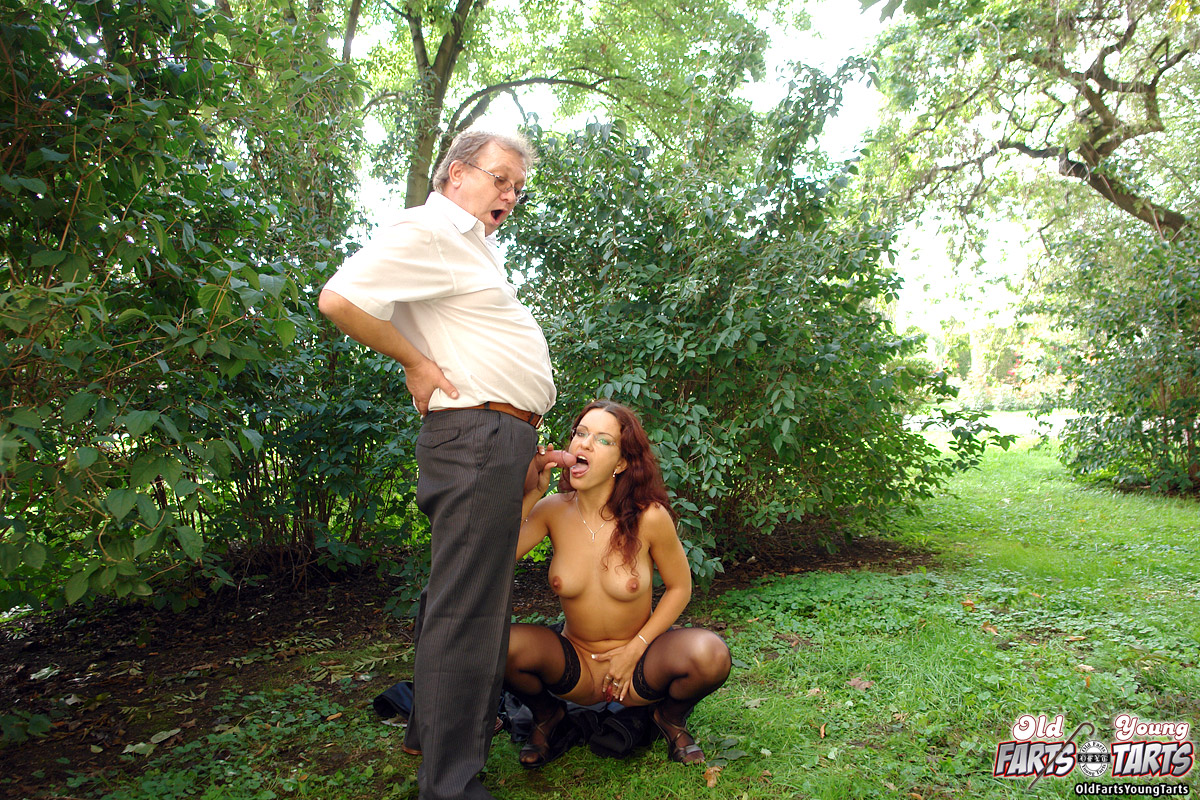 Dirty Old Senior Fucking A Brunette Girl In Public Park -1076