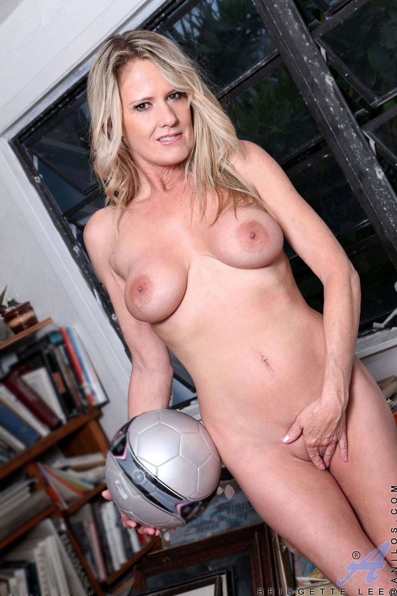 Hot Soccer Mom Bridgette Lee Shows Off Her Big Tits And -4019