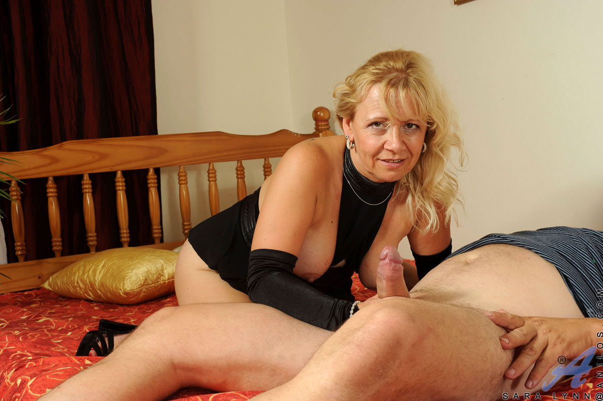 Mature cougar pounded neighbor man couch