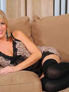 Anilos Jessie Fontana slides off her sexy lingerie to flaunt her hot body