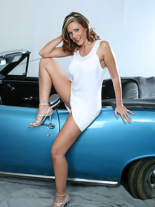 Busty Anilos Victoria slips off her dress and exposes her cougar pussy in a hot car