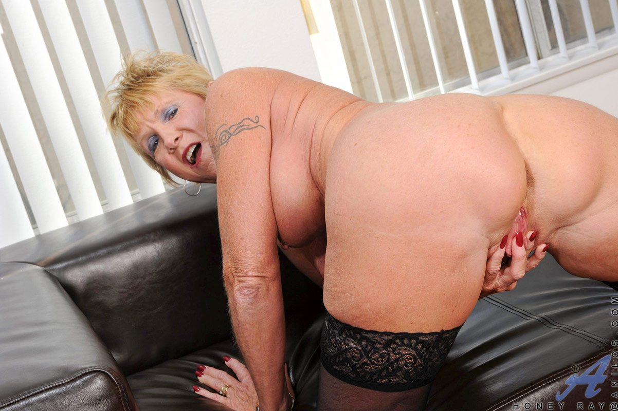 Sexy Blonde Mature Granny Fingers Her Pierced Pussy While -5688