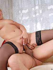 Hot cougar Samantha White squirts a load of fresh cum from her milf pussy after receiving a cream pi