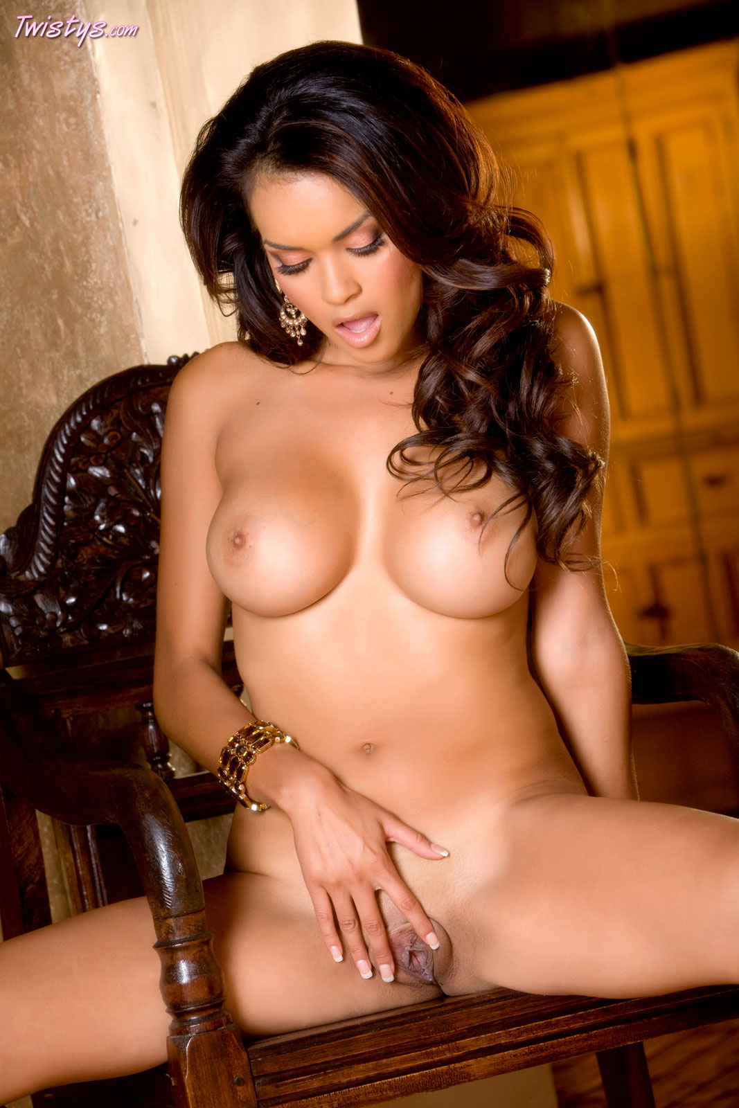 Daisy Marie slowly stripping off her clothes - Ass Point
