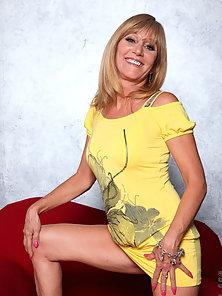 Blonde Anilos milf spreads off her legs and teases her clit with a mini vibe