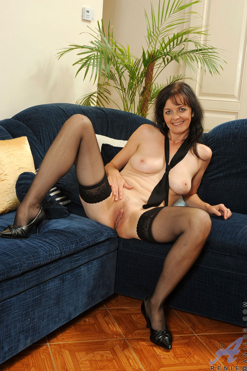 Mature Cougar Renie Removes Her Clothes And Spreads Her -9231