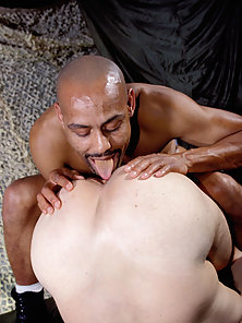 Black dude fills white man's ass and fucks him raw