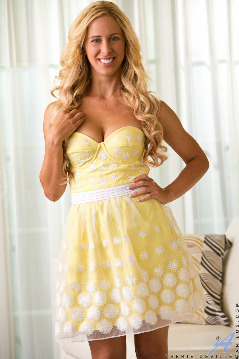 See This Smoking Hot Milf Lift Up Her Tiny Dress To Show -6042