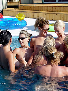 10 Girls Naked in Pool