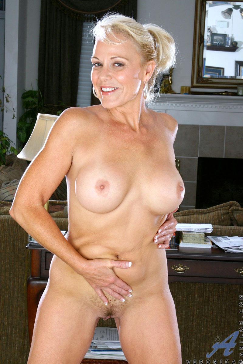 Blonde Cougar Veronica Flaunts Her Mature Nude Body And -3816