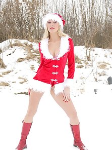 Cute santagirl banged through her tight backdoor outside
