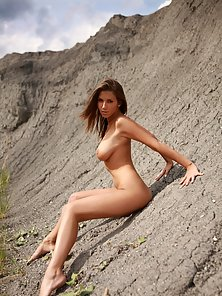 Very sexy and beautiful babe outdoor posing naked pictures