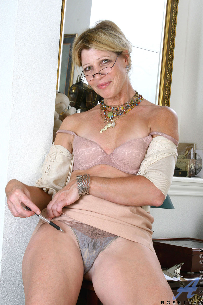 Office mom peels off her pantyhose