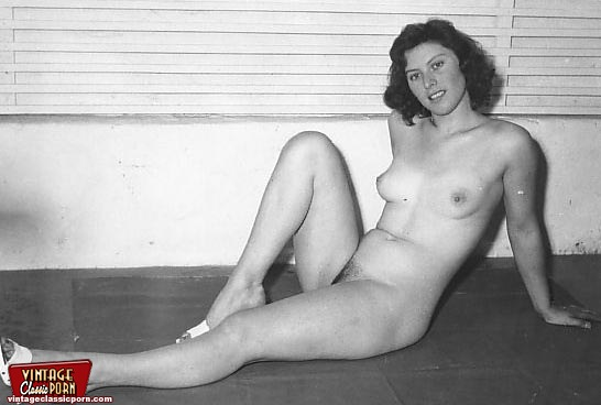 Sexy Vintage Classic Housewives Posing Naked At Their Home -8789