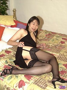 MILF asian fingers her hairy pussy