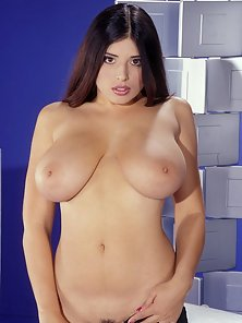 Kerry Marie shows her huge tits