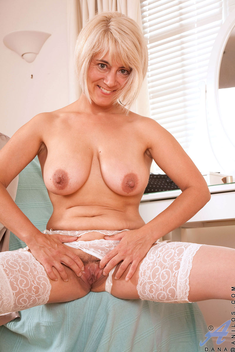 Enticing Busty Blonde Anilos Displays Her Curvy Cougar -2455