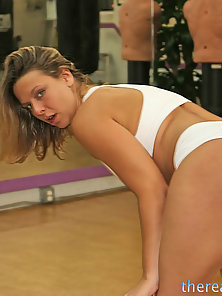 Brianna Beach peels the spandex of her tight ass and sucks dick