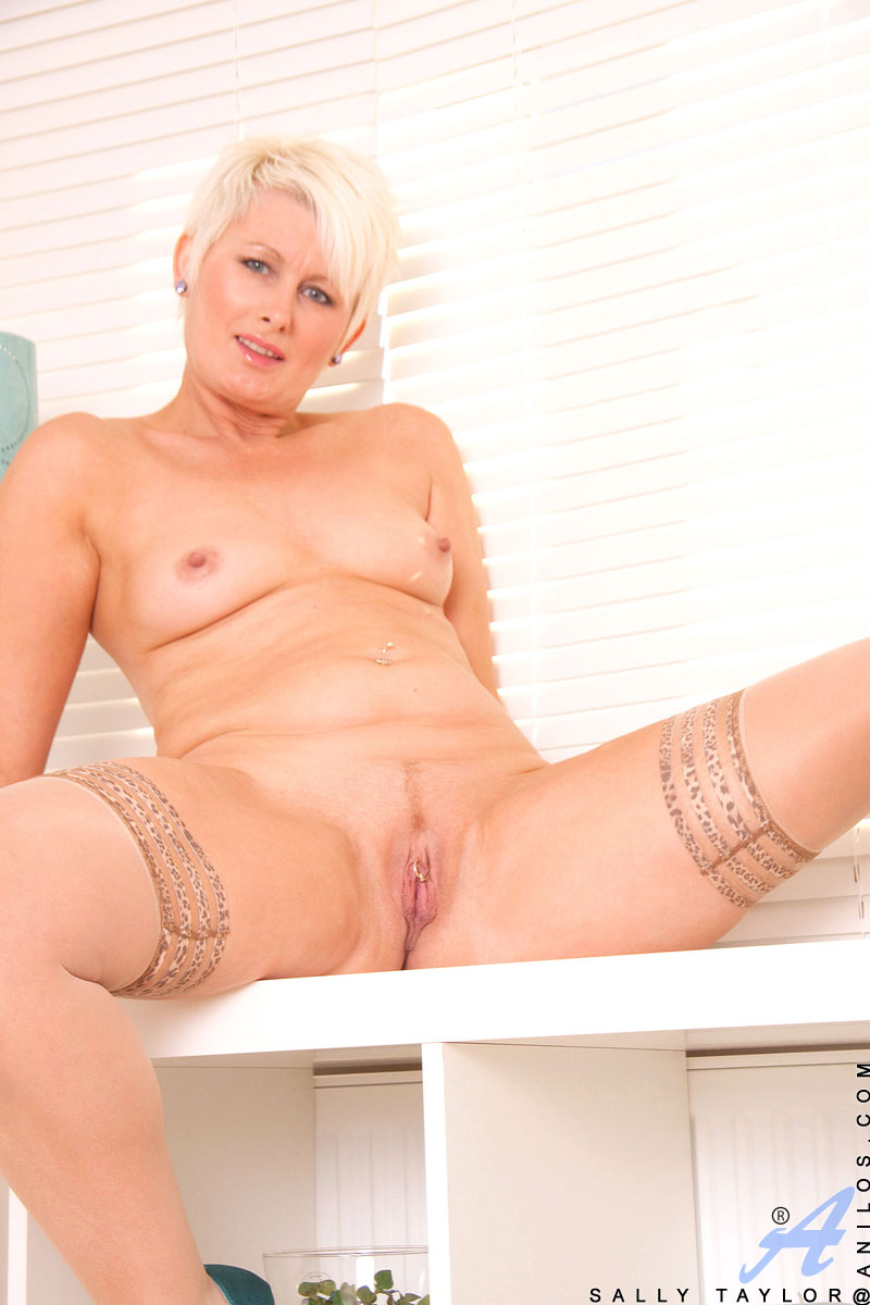 Hot Anilos Cougar Sally Taylor Spreads Her Mature Pink -1016