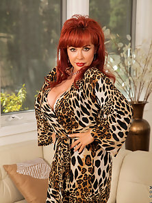 Seductive milf Vanessa Bella flaunts her cougar frame in a revealing bra and thong