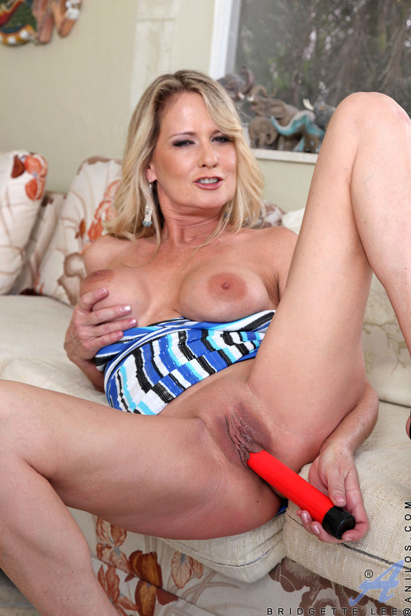 Anilos Bridgette Lee Exposes Her Cougar Pussy And Stuffs -3509