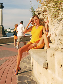 Hot Chick Madly Spreads Her Legs at Outdoor in Horny Mood