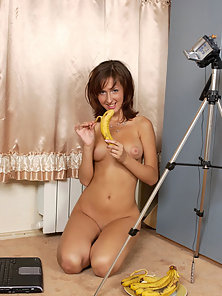 Busty firsttimer gets her vet pussy filled with a banana.